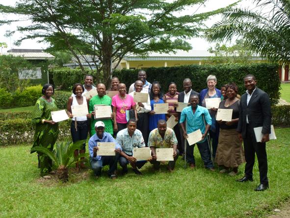 Uitreiking certificaten deelnemers facilitatortraining Douala, Kameroen