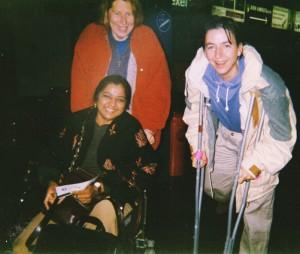 1998 - Kavita arriveert op Schiphol, in rolstoel, met gebroken been, om deel te nemen aan de Facilitatortraining
